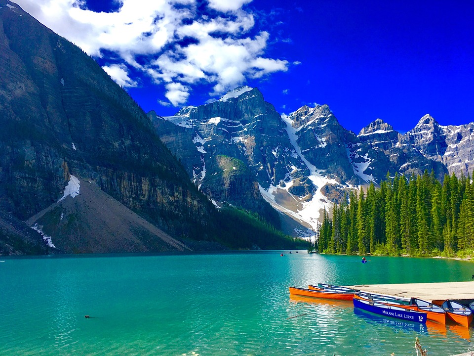 Lago Moraine. natural wonders in the world